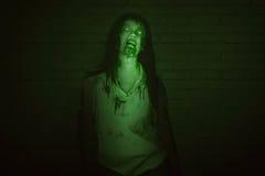 Portret gniewna azjatykcia żywy trup kobieta z krwią na usta Obraz Stock