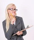 Portret gniewna sekretarka w szkłach z piórem Zdjęcia Royalty Free