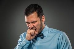 Portret gniewny facet gryźć jego pięści istoty ludzkiej emocję Zdjęcie Stock