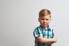 Portret gniewny płaczu dziecko patrzeje kamerę obraz stock