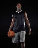 Portret gracz koszykówki na czarnym tle Zdjęcie Stock