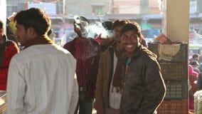 Portret grupa Indiańscy mężczyzna dymi papierosy przy rynkiem w Jodhpur zdjęcie wideo