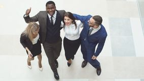 Portret grupa szczęśliwi i różnorodni ludzie biznesu które stoją wpólnie Skaczą w otusze i powietrzu Zdjęcia Royalty Free