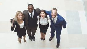 Portret grupa szczęśliwi i różnorodni ludzie biznesu które stoją wpólnie Skaczą w otusze i powietrzu Obraz Stock