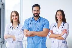 Portret grupa uśmiechnięci szpitalni koledzy stoi togeth obraz stock