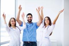 Portret grupa uśmiechnięci szpitalni koledzy stoi togeth zdjęcia royalty free