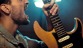 Portret gwiazda rocka bawić się gitarę Zdjęcie Royalty Free