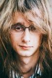 Portret gwiazda rocka młodego człowieka facet Z szkłami I Długie Włosy zdjęcia stock