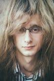 Portret gwiazda rocka młodego człowieka facet Z szkłami Fotografia Royalty Free
