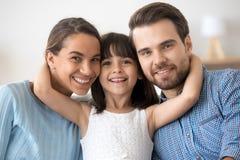 Portret het gelukkige familie stellen die camera bekijken stock fotografie