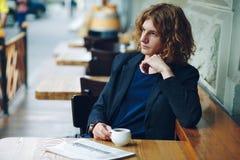 Portret het interessante roodachtige mens stellen met koffie stock fotografie