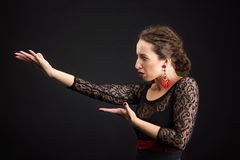 Portret hiszpańskiej kobiety dancingowy flamenco na czerni Zdjęcia Royalty Free