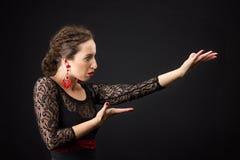 Portret hiszpańskiej kobiety dancingowy flamenco na czerni Zdjęcie Royalty Free