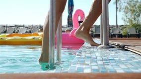 Portret iść out od pływackiego basenu outdoors atrakcyjna młoda kobieta 20s 1080p zwolnione tempo zbiory