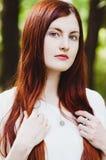 Portret imbirowa dziewczyna w naturze Fotografia Royalty Free