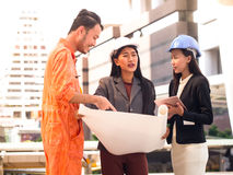Portret inżyniera przedsiębiorcy budowlanego drużyna dyskutuje praca plan Obrazy Stock