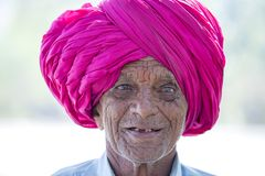 Portret Indiański mężczyzna w czerwonym turbanie który odwiedzał Ellora jamę, stan maharashtra, India Obrazy Royalty Free