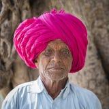 Portret Indiański mężczyzna w turbanie który odwiedzał Ellora jamę, stan maharashtra, India Zdjęcia Stock