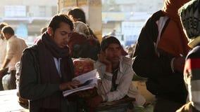 Portret Indiański sprzedawca z notatnikiem wśród lokalnych mężczyzna przy rynkiem w Jodhpur zdjęcie wideo