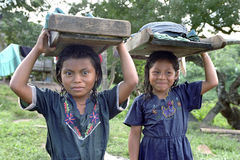 Portret Indiańskie dziewczyny z washboards i pralnią Fotografia Royalty Free