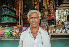Portret indyjskiego mężczyzna pozyci past wiejski sklep z jedzeniem i wodą Obrazy Royalty Free