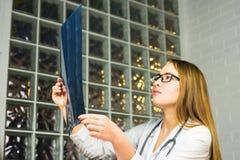 Portret intelektualny kobiety opieki zdrowotnej personel z białym labcoat, patrzeje pełnego ciała promieniowania rentgenowskiego  Obrazy Royalty Free