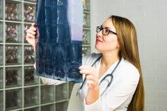 Portret intelektualny kobiety opieki zdrowotnej personel z białym labcoat, patrzeje pełnego ciała promieniowania rentgenowskiego  Zdjęcia Royalty Free