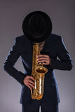 Portret jazzowy mężczyzna w kostiumu z kapeluszowy chować Fotografia Royalty Free