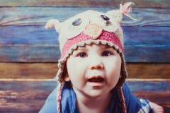 Portret jest ubranym śmiesznego kapelusz śliczny dziecko zdjęcie stock