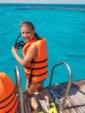 Portret jest ubranym życie kamizelkę i trzyma nurkową maskę iść nurkować w wodę na słonecznym dniu uśmiechnięta kobieta zdjęcie royalty free