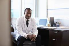 Portret Jest ubranym Białego żakiet W biurze lekarka Obrazy Stock