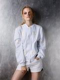 Portret jest ubranym białych projektów skróty i kurtkę mody kobieta Fotografia Stock