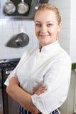 Portret Jest ubranym biel Stoi kuchenką W zestawie Żeński szef kuchni Zdjęcie Royalty Free