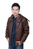 Portret jest ubranym cajgu amd koszulową kurtkę azjatykci mężczyzna. Fotografia Stock
