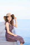 Portret jest ubranym długiej sukni i słomianego kapeluszu kibel piękna kobieta Obrazy Stock