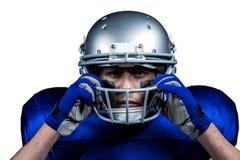 Portret jest ubranym hełm futbolu amerykańskiego gracz obrazy royalty free