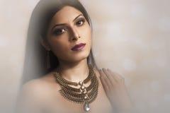 Portret jest ubranym Indiańską biżuterię Indiańska dama obraz stock