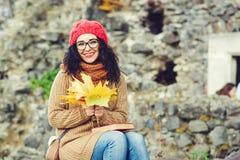 Portret jest ubranym jesień uśmiechnięta młoda kobieta odziewa Stylu życia i jesieni pojęcie Fotografia Royalty Free