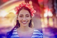Portret jest ubranym kwiaty piękna kobieta fotografia stock