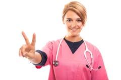 Portret jest ubranym menchii pętaczkę pokazuje pokoju gest żeński weterynarz Obraz Stock