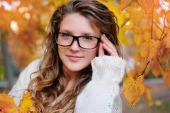 Portret jest ubranym mod szkła podczas jesieni piękna kobieta Obraz Stock