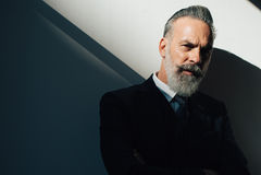 Portret jest ubranym modnego kostium brodaty mężczyzna i Obraz Stock