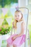Portret jest ubranym piękną suknię i princess tiarę śliczna mała dziewczynka Obraz Royalty Free