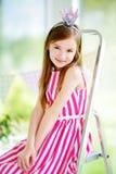 Portret jest ubranym piękną suknię i princess tiarę śliczna mała dziewczynka Zdjęcie Royalty Free