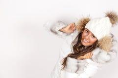 Portret jest ubranym puffer kurtkę z kapiszonem młoda kobieta obrazy stock