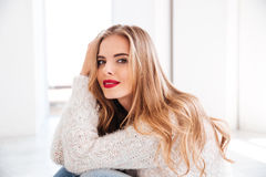 Portret jest ubranym pulower i czerwieni pomadkę atrakcyjna młoda kobieta Obrazy Stock