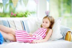 Portret jest ubranym suknię i princess tiarę urocza mała dziewczynka Fotografia Stock