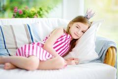 Portret jest ubranym suknię i princess tiarę urocza mała dziewczynka Zdjęcia Royalty Free