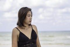 Portret jest ubranym swimsuit tła niebo i morze Azjatycka kobieta obrazy stock