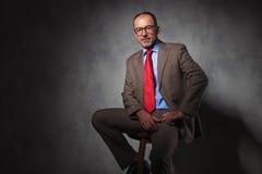 Portret jest ubranym szkła elegancki kierownik wyższego szczebla Fotografia Stock